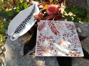 Assiette carrée feuillage rouge et animaux gris à la plume Plume de Faisan Vénéré dans une forme feuille