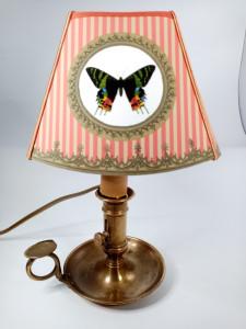 Lampe petit chandelier cuivre abat-jours Papillon rayures corail et beige