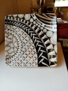 Assiette carrée Zentangles noir et beige